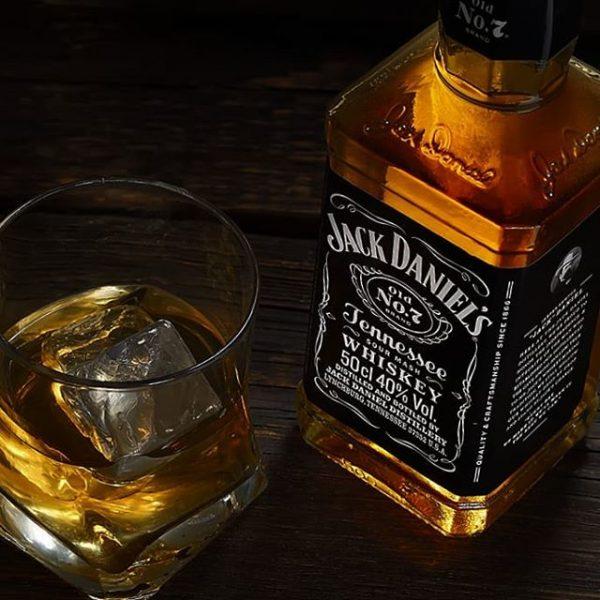 母の日なので、奥様にジャックダニエルを。美味いが二日酔いだ。
